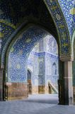 La vue intérieure du dôme élevé de la mosquée de Shah dans Sfahan, Iran a couvert de tuiles polychromes de mosaïque, prévues pour Photographie stock libre de droits