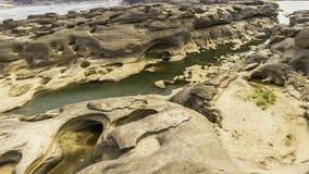 La vue invisible de paysage de la Thaïlande de la roche troue la pierre dans la Sam-casserole-Bok Grand Canyon ou le Mekong en ca images stock