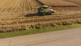 La vue 4k aérienne de bourdon sur le cartel énorme d'agriculture usine des véhicules de camions moissonnant le blé organique de c banque de vidéos