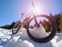 La vue large étroite au vélo reste dans la neige Montagnes neigeuses d'hiver Photos libres de droits