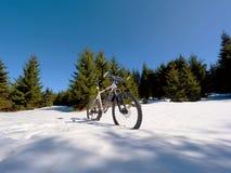 La vue large étroite au vélo reste dans la neige Montagnes neigeuses d'hiver Photographie stock