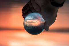 La vue magique du coucher du soleil colore le ciel par la mer, au port de Salonique images stock