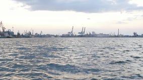 La vue magnifique de la ville entourée par la rivière La journée banque de vidéos