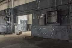 La vue murent vers le bas dans l'usine abandonnée photos stock