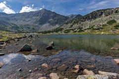 La vue panoramique étonnante des lacs Musalenski et le Musala font une pointe, montagne de Rila Images stock