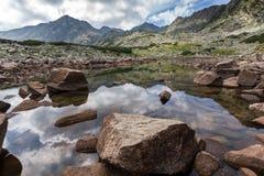 La vue panoramique étonnante des lacs Musalenski et le Musala font une pointe, montagne de Rila Images libres de droits