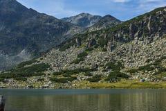 La vue panoramique étonnante des lacs Musalenski et le Musala font une pointe, montagne de Rila Photos libres de droits