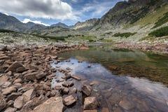 La vue panoramique étonnante des lacs Musalenski et le Musala font une pointe, montagne de Rila Image stock