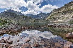 La vue panoramique étonnante des lacs Musalenski et le Musala font une pointe, montagne de Rila Photo libre de droits
