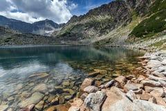 La vue panoramique étonnante des lacs Musalenski et le Musala font une pointe, montagne de Rila Photographie stock