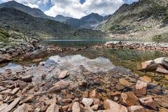 La vue panoramique étonnante des lacs Musalenski et le Musala font une pointe, montagne de Rila Photos stock