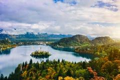 La vue panoramique aérienne stupéfiante du lac a saigné, la Slovénie, l'Europe (Osojnica) Photos stock