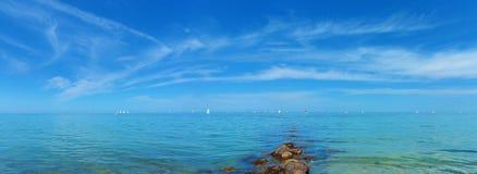 La vue panoramique au-dessus du calme voient avec des bateaux à voile Images libres de droits