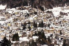 La vue panoramique d'Andalo a couvert la neige Images libres de droits