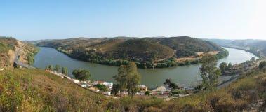 La vue panoramique de la courbure de la rivière du Guadiana près du villag de Pomarao Photo stock