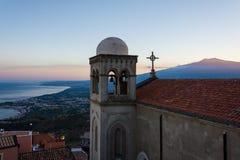 La vue panoramique de l'Etna et le Taormina aboient au coucher du soleil de la fonte image libre de droits