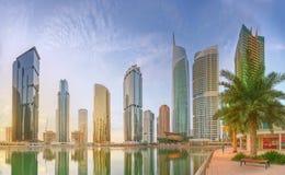 La vue panoramique de la baie d'affaires et le lac dominent, réflexion en rivière, Dubaï EAU images libres de droits