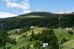 La vue panoramique de la forêt a couvert des alpes du Tyrol Photographie stock libre de droits