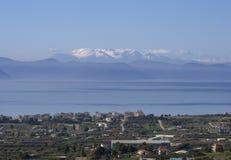 La vue panoramique de la neige a couvert des montagnes de Parnassus un jour ensoleillé de l'île d'Evia, Grèce images libres de droits