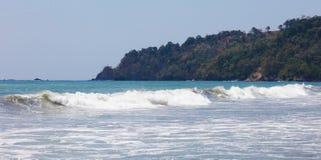 La vue panoramique de la plage de parc national de Manuel Antonio en Costa Rica, la plupart des belles plages dans le monde, surf Photographie stock libre de droits