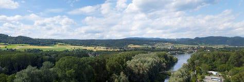 La vue panoramique de la ville de l'Autriche cultive les maisons et la rivière image libre de droits
