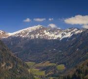 La vue panoramique des Alpes s'approchent de Vipiteno - Sterzing Image stock