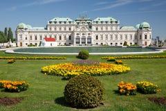 La vue panoramique du belvédère, du lac et de la fleur supérieurs de palais soit image stock