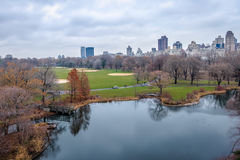 La vue panoramique du Central Park et la tortue s'accumulent pendant l'automne en retard - New York, Etats-Unis photo libre de droits