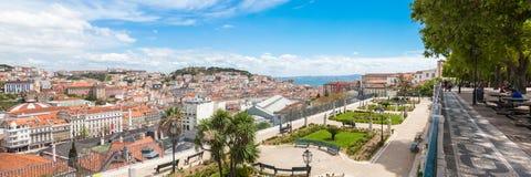 La vue panoramique du dessus de toit de Lisbonne du sao Pedro de Alcantara luttent image stock