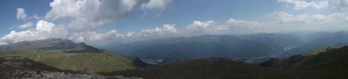 La vue panoramique du haut des montagnes de Bucegi et, dans la distance, de la vallée de Prahova photo stock