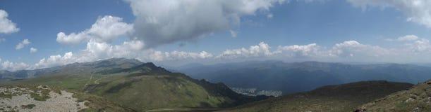La vue panoramique du haut des montagnes de Bucegi et, dans la distance, de la vallée de Prahova images stock