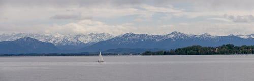 """La vue panoramique du lac allemand """"Starnberger voient """"avec de belles montagnes d'alpe photos libres de droits"""