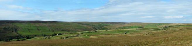 La vue panoramique large des vallées de Yorkshire aménagent en parc avec des champs et des fermes inclus par les murs en pierre a photographie stock