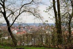 La vue par les arbres sur la structure établie a observé du sparrenburg à Bielefeld Allemagne photo stock