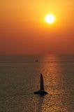 La vue pittoresque de mer avec le coucher du soleil et l'horizon rayent images libres de droits