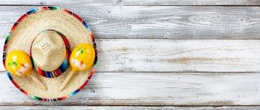 La vue plate de configuration de Cinco De Mayo traditionnel objecte sur le weat blanc photographie stock