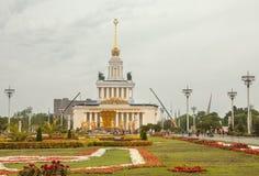 La vue principale de la fontaine de l'amitié des personnes et le pavillon numéro 1 au centre d'exposition VDNH à Moscou Photographie stock