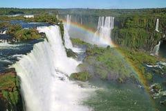 La vue renversante du site de patrimoine mondial puissant de l'UNESCO des chutes d'Iguaçu du côté brésilien avec un arc-en-ciel m images stock