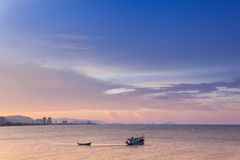 La vue sauvage de mer ont le temps de soirée de bateau de pêche Photographie stock