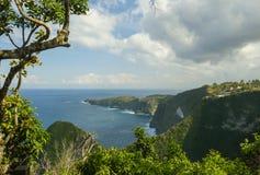 La vue scénique accablante du littoral tropical d'île avec la falaise de roche et la plage de paradis de désert a frappé par coul image stock
