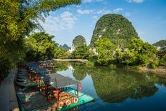 La vue scénique du petit bambou de touristes transporte la navigation par radeau le long du Yulo Photos stock