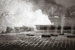 La vue scénique sur les pulvérisateurs verticaux de l'eau de mer ondule le dépassement par les canaux souterrains de plancher dan Image stock