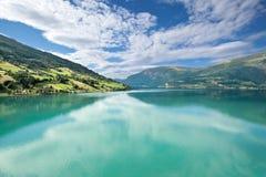 La vue scénique de Nordfjord, Olden (la Norvège) Photographie stock libre de droits