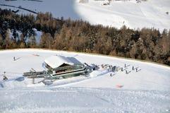 La vue skient vers le bas pente sur le télésiège Image stock