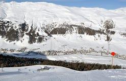 La vue skient vers le bas pente sur le télésiège Photo stock