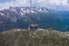 La vue supérieure à l'arrêt de chemin de câble dans les montagnes en été Photo libre de droits