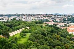 La vue supérieure à la vieille ville et le Petrin se garent à Prague Photo libre de droits