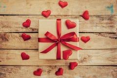 La vue supérieure au-dessus du boîte-cadeau et le coeur de ruban et rouge rouge pour valen Photo stock