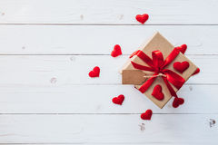 La vue supérieure au-dessus du boîte-cadeau et le coeur de ruban et rouge rouge pour valen Photos libres de droits