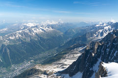 La vue supérieure au village dans les Alpes français Image libre de droits